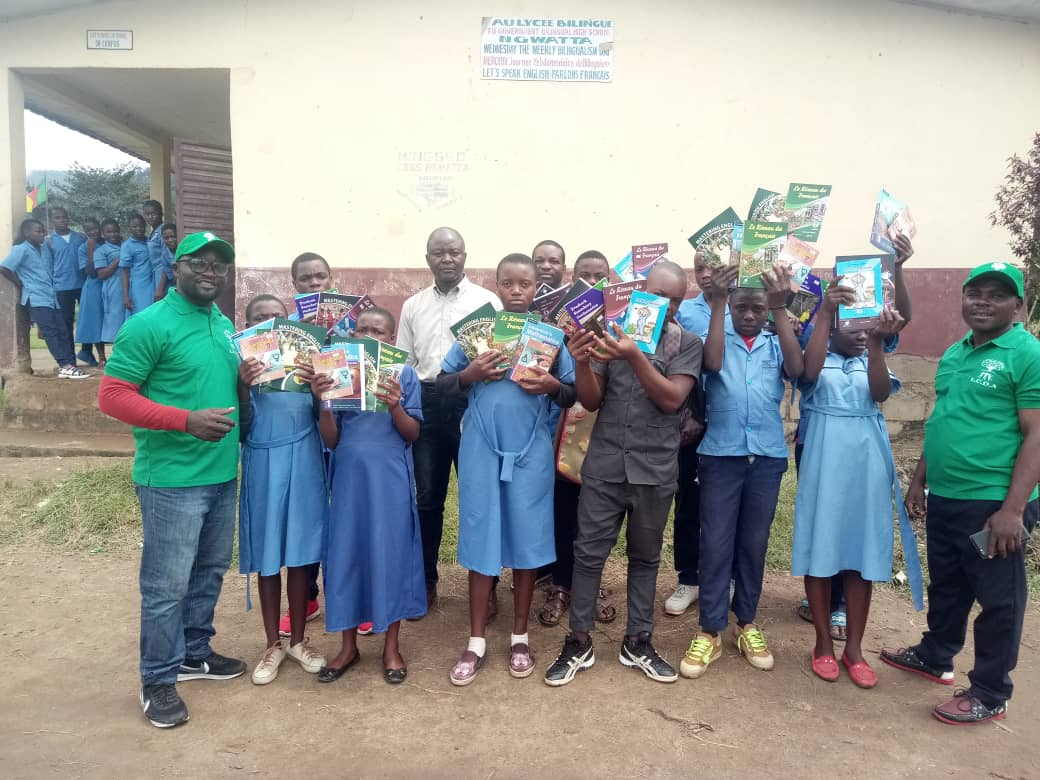 Photo of LCDA Donates Textbooks, Bags To IDP's In Santchou